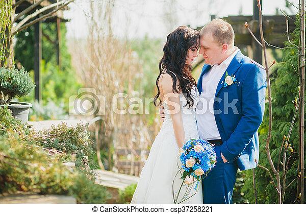 párosít, boldog, esküvő, hatalom kezezés - csp37258221