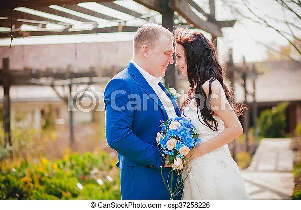 párosít, boldog, esküvő, hatalom kezezés - csp37258226