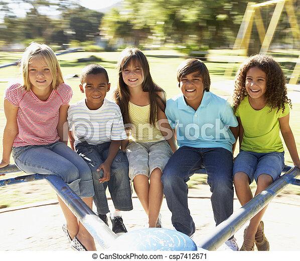 pátio recreio, montando, grupo, rotunda, crianças - csp7412671