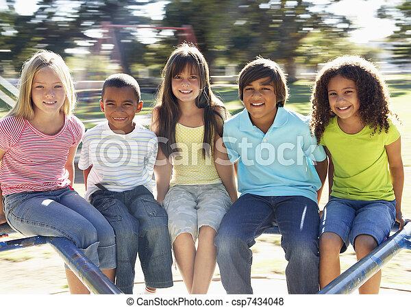 pátio recreio, montando, grupo, rotunda, crianças - csp7434048