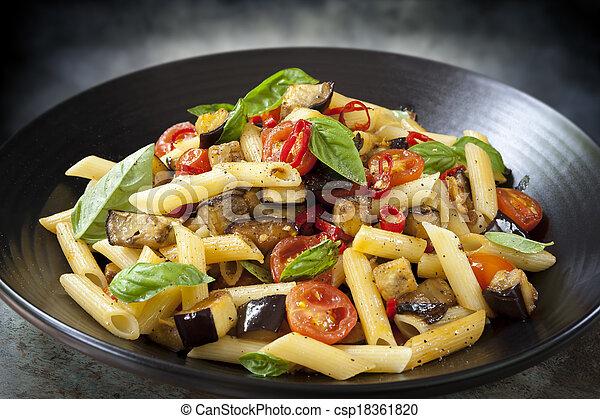 pâtes, chilli, tomate, aubergine - csp18361820