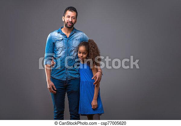 père, étreindre, jeune, noir, adolescent, fille, sien - csp77005620