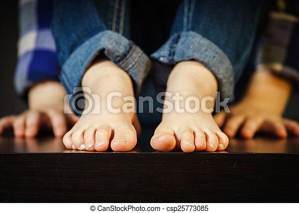 pé, pequeno, nu, menina - csp25773085