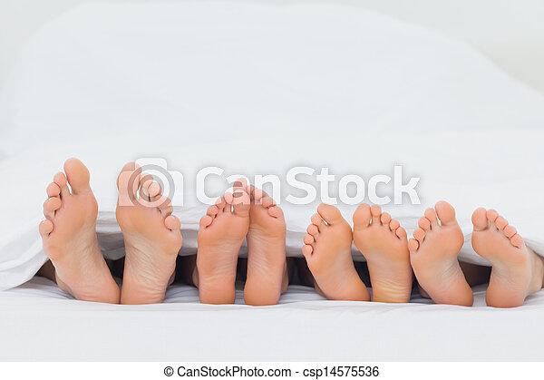 pés, seu, mostrando, cama, família - csp14575536
