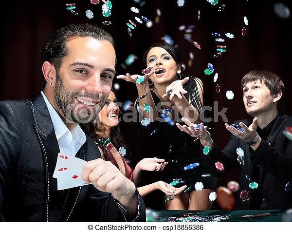 Jugadores de póker sentados alrededor de una mesa en un casino - csp18856386