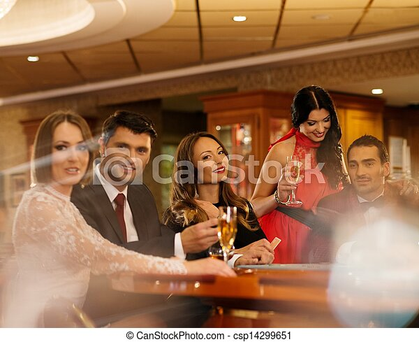 Un grupo de jóvenes jugando al póquer en un casino - csp14299651