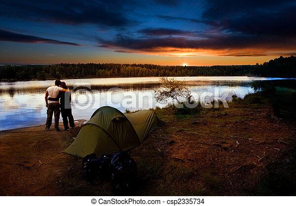 pôr do sol, lago, acampamento - csp2335734