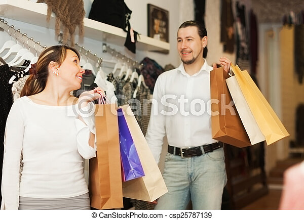 paar, de opslag van de kleding - csp25787139