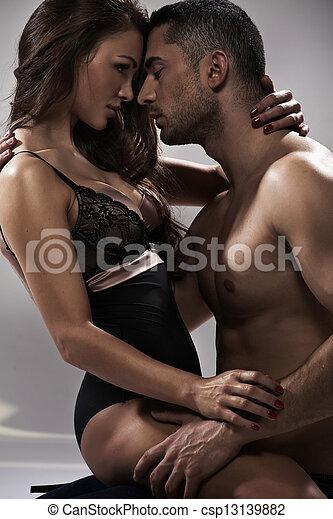 Sensible Pose eines attraktiven Paares - csp13139882