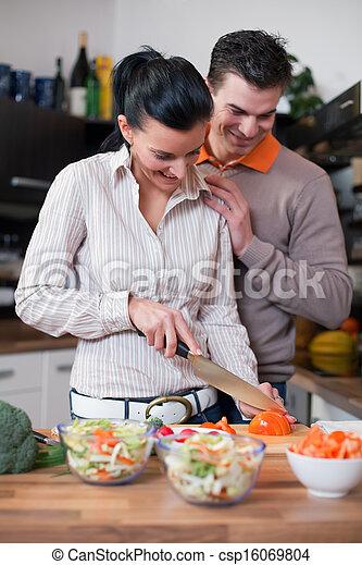 Junges Paar in der Küche - csp16069804