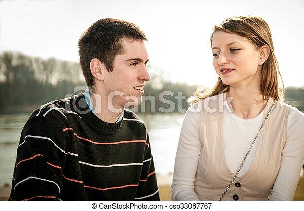 Ein junges Paar, das sich liebt - csp33087767