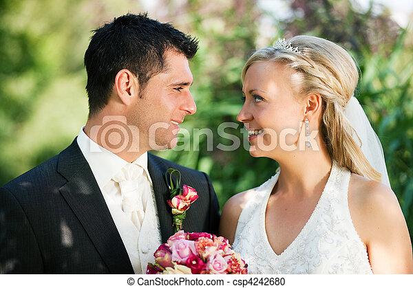 paar, vrolijke , trouwfeest - csp4242680