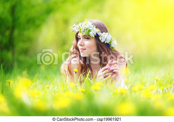 paardebloemen, het rusten, weide, buiten, mooi, beeld, lente, vakantie, vrolijk, vrouw, het liggen, akker, ontspanning, meisje, dons, vrolijke  - csp19961921
