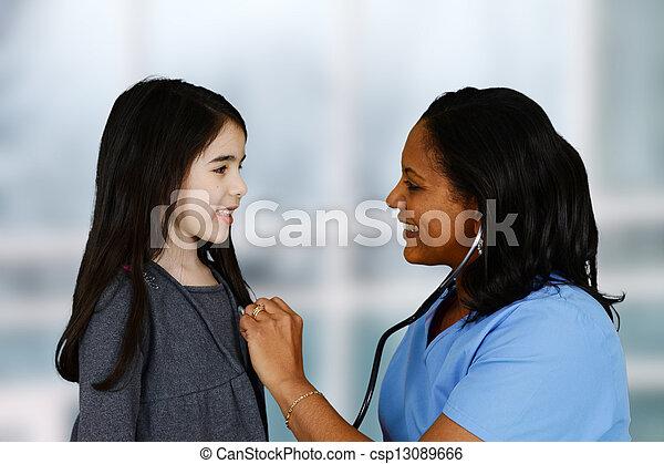paciente enfermeira - csp13089666