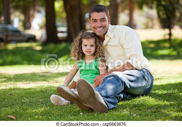 padre, suo, figlia, giardino, seduta - csp5663676