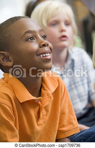 pagar, sentando, estudantes, atenção, chão, focus), (selective, classe - csp1709736
