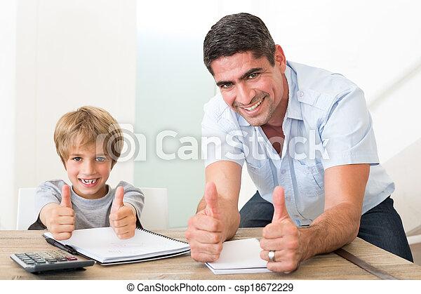 pai, cima, filho, enquanto, polegares, gesticule, dever casa - csp18672229