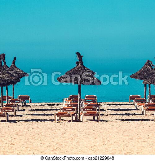 Escenas de playa con sombrilla y sillas de cubierta. Umbrella y cubierta ch - csp21229048