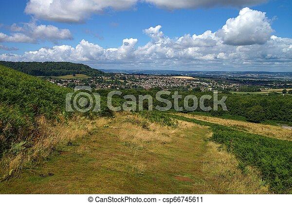 Escenario rural en Cotswolds. Vista a Dursley y Cam en Inglaterra. - csp66745611
