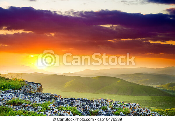 Un paisaje de montaña al atardecer. - csp10476339