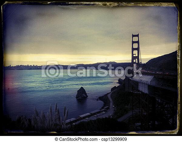 Escenario con el puente dorado San Francisco instantáneo clásico - csp13299909