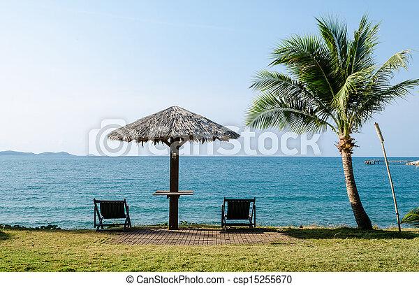 Escenarios de playa con sombrilla y sillas de cubierta en Tailandia - csp15255670