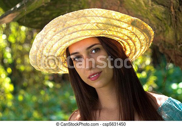 Una joven con sombrero de paja - csp5631450