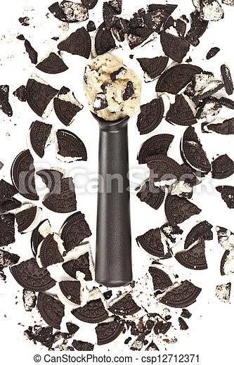 Pastel de helado y galletas de chocolate - csp12712371