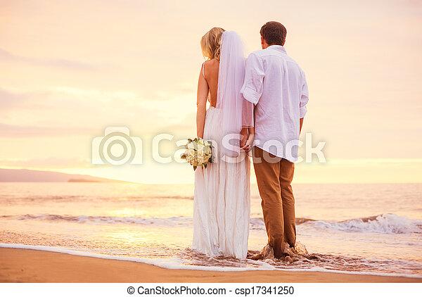 palefrenier, plage, romantique coupler, mariés, exotique, mariée, surprenant, coucher soleil, tenant mains, apprécier, beau - csp17341250
