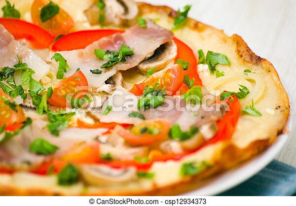pancetta affumicata, funghi, pizza - csp12934373
