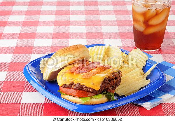 pancetta affumicata, tavola picnic, cheeseburger - csp10336852