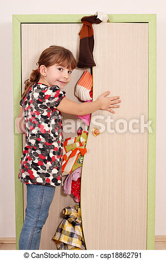 Exceptionnel Panic Little Girl Trying To Close The Closet   Csp18862791
