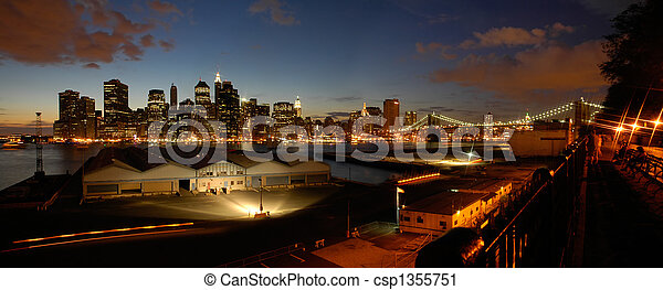 Un panorama nocturno de Manhattan - csp1355751