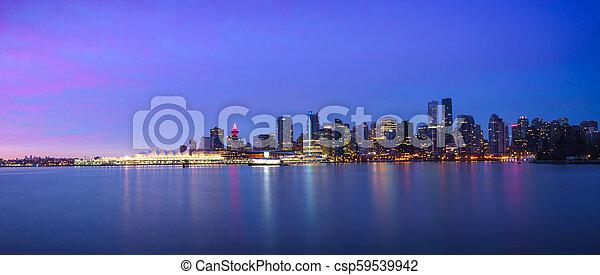 Panorama Aussicht auf die Skyline von Vancouver bei Sonnenaufgang - csp59539942