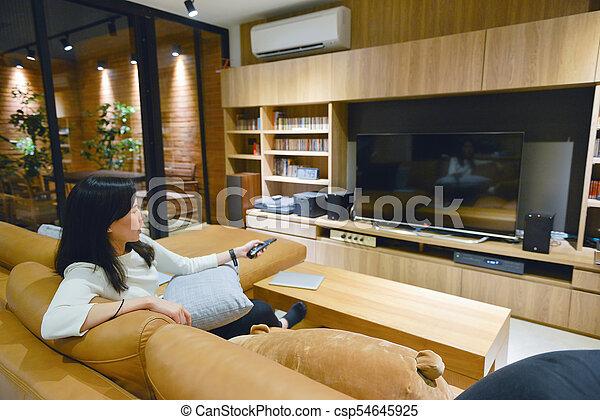 panowanie, kobieta, oddalony, tv osłaniają, obrót, asian, czysty, używając - csp54645925