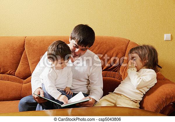 Papá leía libros a las hijas - csp5043806