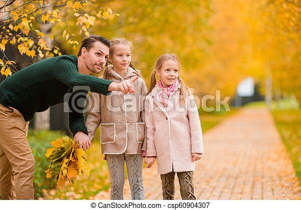 papa, beau, gosses, famille, parc, jour automne - csp60904307