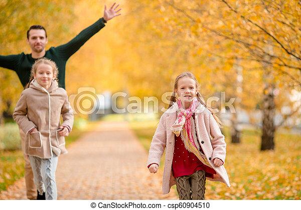 papa, beau, gosses, famille, parc, jour automne - csp60904510