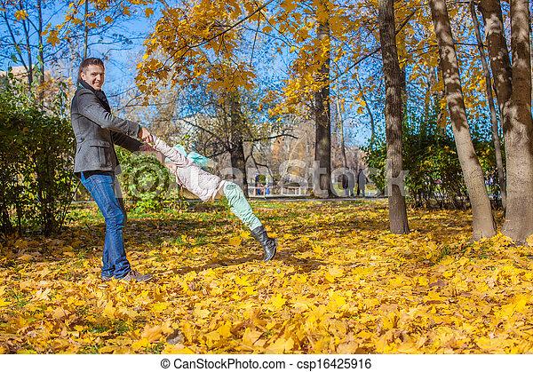 papa, peu, ensoleillé, parc, avoir, automne, amusement, girl, adorable, jour, heureux - csp16425916