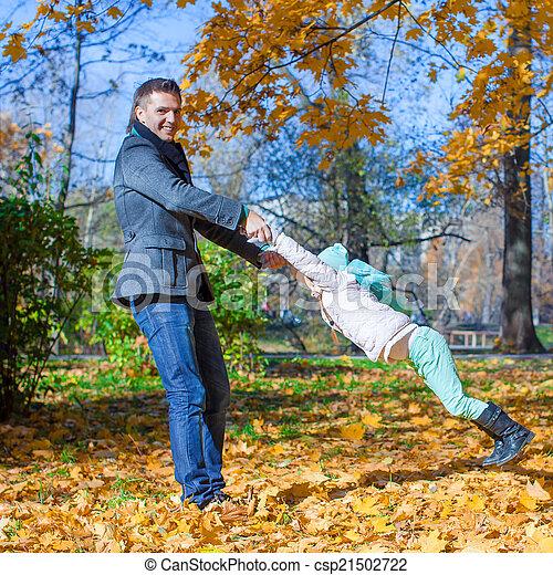 papa, peu, ensoleillé, parc, avoir, automne, amusement, girl, adorable, jour, heureux - csp21502722