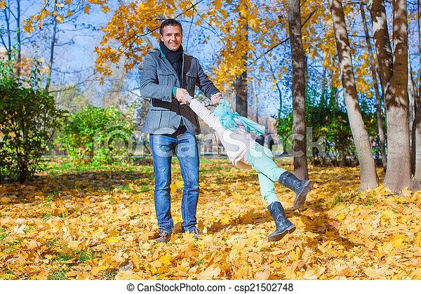 papa, peu, ensoleillé, parc, avoir, automne, amusement, girl, adorable, jour, heureux - csp21502748