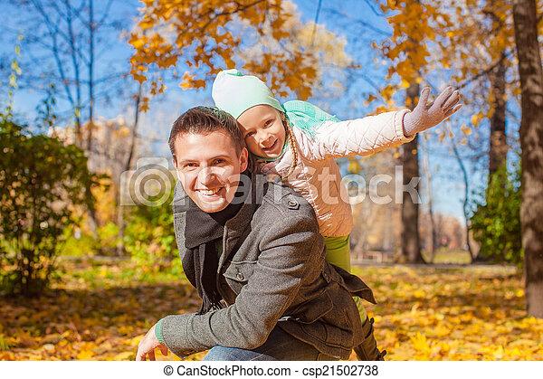 papa, peu, ensoleillé, parc, avoir, automne, amusement, girl, adorable, jour, heureux - csp21502738