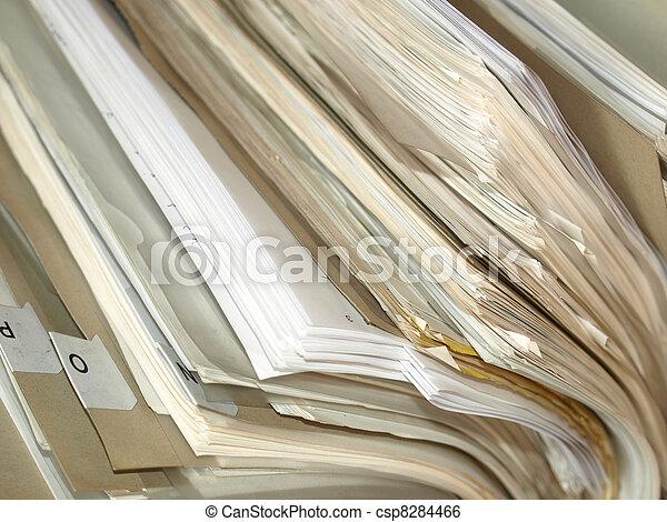 Papeles de oficina en una carpeta - csp8284466