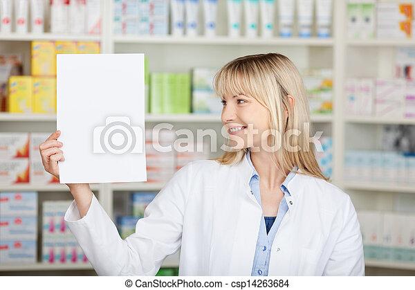 El farmacéutico tiene papel en blanco en la farmacia - csp14263684
