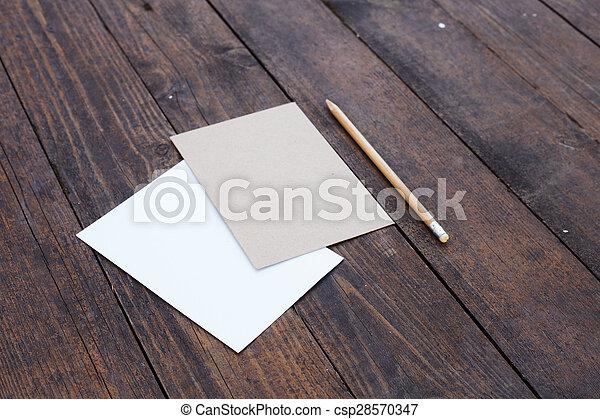 Papel en blanco con lápiz. - csp28570347