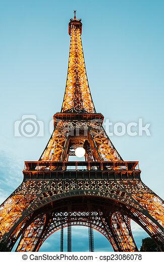 La torre Eiffel en París al atardecer - csp23086078