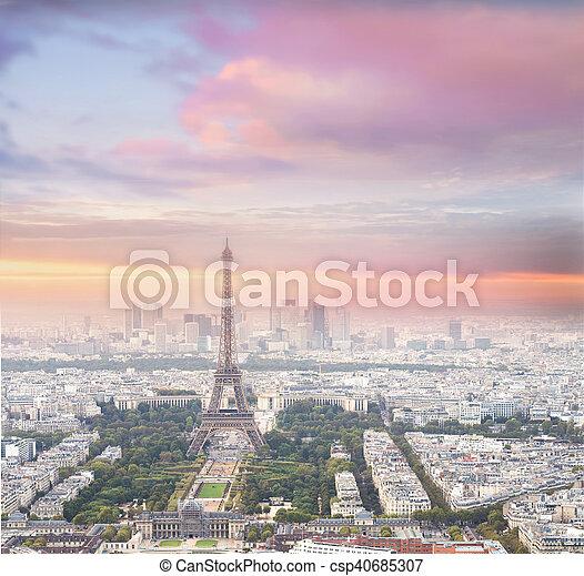 Torre Eiffel en París al atardecer. - csp40685307
