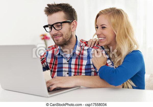 par, feliz, laptop, algo, percorrendo - csp17558034