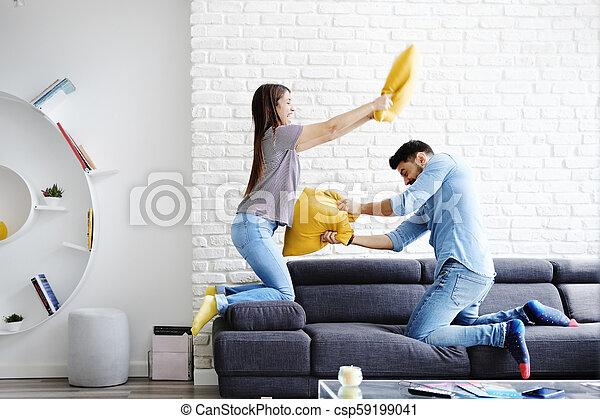par, jovem, luta, travesseiro, retrato, tocando - csp59199041