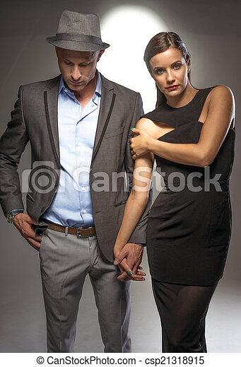 Una pareja atractiva y sexy en una noche romántica - csp21318915